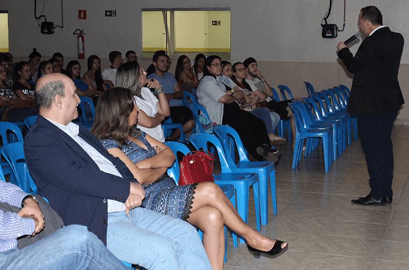Plateia assistindo palestra do diretor do Genoma